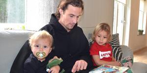 Linus Hallenius läser gärna för barnen Dante, 1,5 år, och Louis, 3 år.