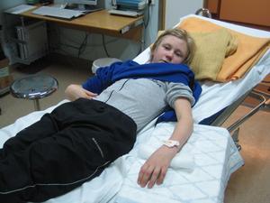 På sjukhuset efter armskadan. Bild: privat