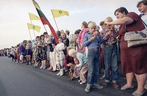 Bild från 1989. Litauer högtidlighöll 50-årsminnet av den förhatliga Molotov-Ribbentroppakten som gjorde slut på självständigheten. Foto: AP.