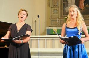 Konserten i juli bjuder opera och romanssång med sopranerna Lisa Henningssohn och Anna Hanning. Här tillsammans i Alnö kyrka i fjol.