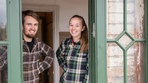 Nikolai Meurman och Sanne Flink i september 2017, tre veckor innan de flyttade in i sitt hus. Då var Sala Allehanda där och hälsade på.