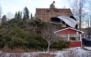 Under stormen Ivar flög hustak av på flera håll i länet och stora volymer skog blåste omkull.