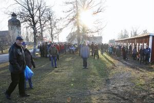 Det kom massor med besökare till allhelgonamarknaden vid Rödöns kyrka.