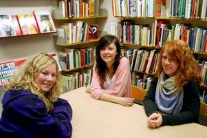 """""""Jag visste redan när valde samhällsprogrammet att jag ville läsa vidare. Det är ju ett studieförberedande program""""  säger Emma Pålsson, till höger som vill bli polis. Malin Axelsson, till vänster, vill läsa statsvetenskapsprogrammet och Ronja Mårtensson ska bli journalist."""