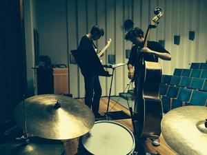 Martin Högberg, Olov Persson och Magnus Vikberg utgör trion OMM, som i kväll spelar egna kompositioner på Jazzköket.