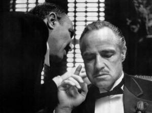 """Don Corleone  (Marlon Brando) ombedes utföra en liten """"tjänst"""", i filmklassikern """"Gudfadern""""."""