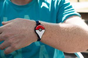 Pokémon Go-klocka. Man kastar en boll, fångar man den så gör man, annars rymmer den.