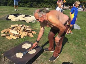 Leif Jons från Dingtuna hade tidstypisk stil när han gjorde klassiskt plattbröd.