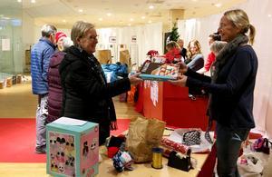 Klappakuten 2019. Annakarin Björnström på Gefle Dagblad tog emot en julklapp som slogs in i ett fint paket.