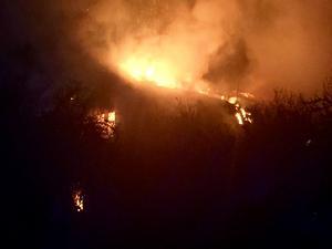 Ödehuset i Sevallatrakten låg avsides och brandkåren fick ta sig fram på en smal väl väg till branden i novembermörkret. Huset gick inte att rädda.