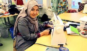 Aigul hade aldrig sytt på en symaskin.  i Kazakstan hade hon en magisterexamen och jobbade som chef.