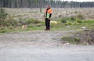 Anders Hjulström står intill högarna med äpplen som lagts ut några meter från Björsjövägen.