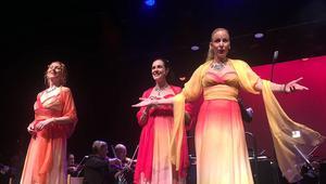 Erika Sax, Caroline Gentele och Gabriella Lambert-Olsson roade publiken i Sandviken.
