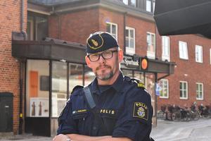 Kommunpolisen Jesper Emilsson uppmanar pensionärer att alltid vara noga med att dölja sin pinkod.