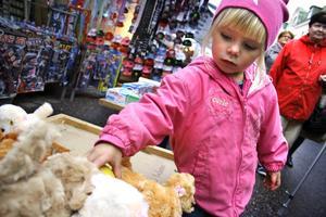 Ebba Lindén, 3 år, skulle väldigt gärna vilja ta med en av de små leksaksvalparna i ett av marknadsstånden hem. Om hon bara fick. Hon har visserligen en riktig hund hemma, men man kanske kan ha två..?