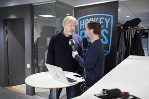 Rolf Lassgård intervjuas av Daniel Sandström i Sporten och Hockeypuls direktsändning under torsdagsförmiddagen.