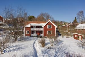 1 1/2 plans hus, utsikt över Siljan, vardagsrum med gjutjärnskamin, bastu i källarplanet. Foto: Länsförsäkringar Fastighetsförmedling Rättvik