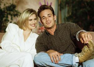 Luke Perry tillsammans med skådespelerskan Kristy Swanson 1992.  Foto: Mark Terrill/AP