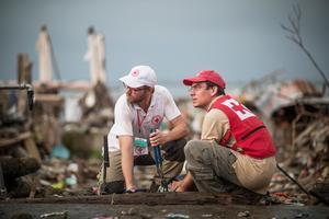 Filippinerna efter Tyfonen Haiyan november 2013.Röda Korsets tekniker installerar kranar och tätar läckage för att hålla trycket i stadens Tacloban vattensystem.Bild: Donald Boström/ Röda Korset