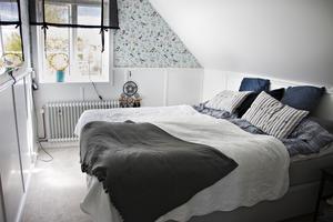 Tapeten i sovrummet – Falsterbo Birds – köpte Felicia redan för flera år sedan. Bara för att den var så himla fin. Nu har den hittat sin plats i huset.