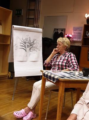 Gudrun vid sitt släktträd. Foto: Agneta Sjöberg