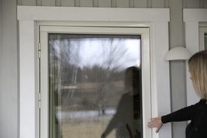 I dörrens överkant syns hur snett dörren hänger, vilket gör att den inte går att öppna. I väntan på att LB hus ska ta sitt ansvar och byta ut dörren kan familjen inte använda utgången alls.
