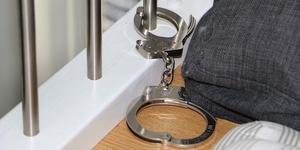 En av de åtalade hävdade under rättegången att 21-åringen lekte med handbojorna i stugan.Foto: Polisen