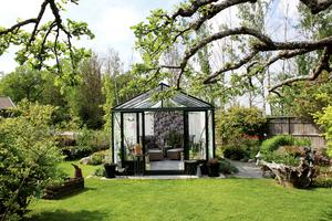Växthuset är det bästa de har i trädgården. Här inne odlar Rose-Marie chili.