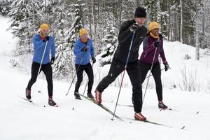 Trion som kan vinna Gunde Svans sällskap i Vasaloppsspåret är Roberth Fälth från Vikmanshyttan i Hedemora kommun (till vänster), Johan Hallin från Sandared utanför Borås (mitten) och Ingrid Castillo från Uppsala (till höger). De tre vann nämligen Preems tävling om personlig träning med Gunde inför Vasaloppet. Foto: Preem/Pressbild