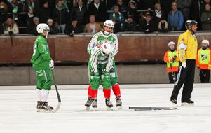 Ted Bergström fick hjälp av Patrik Sjöström att få tillbaka luften.