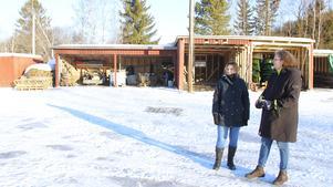 Marlene Lindström och Tina Tjärnberg Forslund vid några av byggnaderna som plockades ner och byggdes upp på en säkrare och fastare plats.