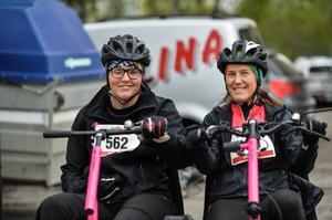 Anna Holmlund deltog även hon i loppet, här på en specialcykel tillsammans med en assistent.
