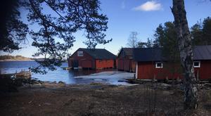 Båthusen i Hensvik sitter på mycket historia. Tonvis med strömming kördes till huvudstaden varje dag, berättar Karin Svantesson. Foto: Kulturcirkeln Herräng