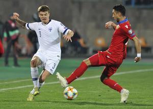 Finland's Albin Granlund mot Armeniens Gevorg Ghazaryan i EM-kvalmatchen som spelades i Jerevan i tisdags. Finland vann med 2–0.