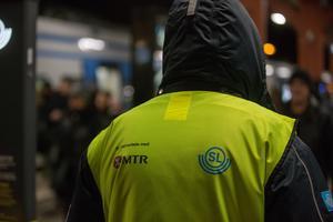 """""""George"""" jobbar som informatör vid pendeltågsstationen i Södertälje centrum."""