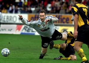 Niklas Skoog fälls av en Hammarbyspelare under en match i juni 2000 på Eyravallen.
