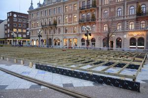 December 2018. Trädäcket byggs där sedan tio centimeter tjock is tog plats.