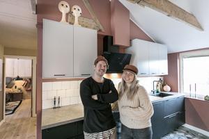 Olov och Moa Kårebrand i köket. I dagsläget håller de på att renovera garaget och till sommaren har de förhoppningar om att bygga ett Attefallshus ute på tomten.