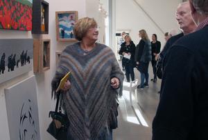 Monica Abrahamsson, Tällbergs konstförening, tänker investera. Här samtalar hon med Magnus Svensson, konstnär från Borlänge.