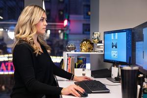 Sofia vid sin dator på kontoret på Manhattan NY. Bild: Maria Francesca Maretti