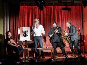 Konferencieren Joakim Rindå, uppvuxen i Vaplan, guidade elegant genom kvällen. Stefan Sundström spelade både Allan och från den egna repertoaren - här tillsammans med Kjell-Erik Eriksson och Jens Comén som fick stipendiet 1999 respektive 1998.