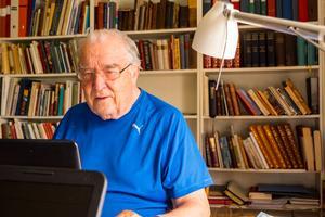 Göte Olingdahl i sitt studierum där han författat bland annat