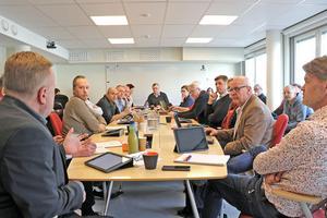 Diskussioner i kommunstyrelsen om byskolorna i Lindesbergs kommun. På torsdag kväll ska skolnedläggningarna åter tas upp i kommunfullmäktige.