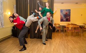 Jazz, lindy hop och en del akrobatik ingår i julshowen, som ges i Roslagsskolans aula.