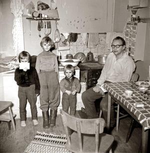 Så här så det ut i det pyttelilla köket i slutet av 1950-talet. Lägenheten var svängd och följde tornformen. Från vänster syskonen Birgitta, Monica, Kalle med redas pappa Sven Adolfsson. Ur Åke Mossbergs bildarkiv.