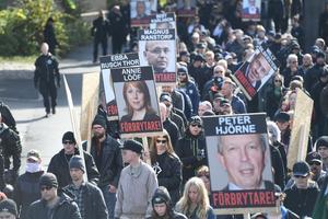 Den 30 september marscherade Nordiska motståndsrörelsen i Göteborg. På plakat i tåget pekades kända journalister och politiker ut som förbrytare med namn och bild.