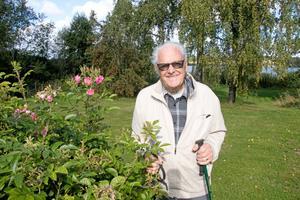 Olov Branäs trivs i Axberg norr om Örebro. De gigantiska rosenbuskarna gör detsamma.