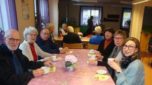Det var gott med kaffe, tyckte från vänster Paul Pålsson, Judith Nilsson, Sven Falkesjö, Marianne Hellström, projektledare, Ingegerd Jönsson och Ylva Pålsson. Foto: Sture Björk