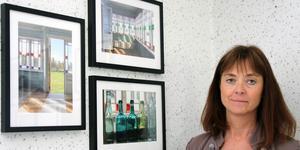 Ulrika B Höglund med tre av sina fotografier från gården Tutabo i Alfta.