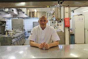 Johan Kindberg är sedan åtta månader tillbaka kökschef på Hotell Hallstaberget. Han kommer närmast från Bishop Arms i Örnsköldsvik.